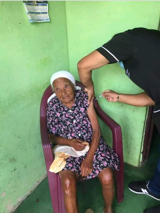 Idosas centenárias recebem a 1ª dose da vacina contra a Covid-19