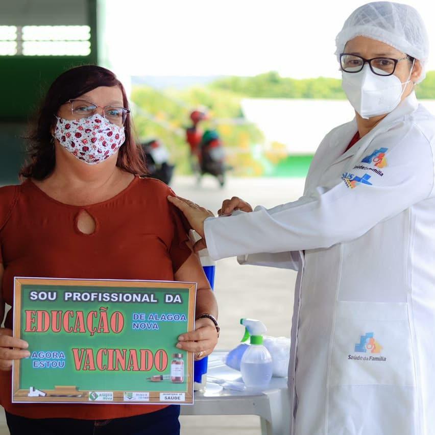 Professores e profissionais da educação recebem primeira dose da vacina contra Covid-19