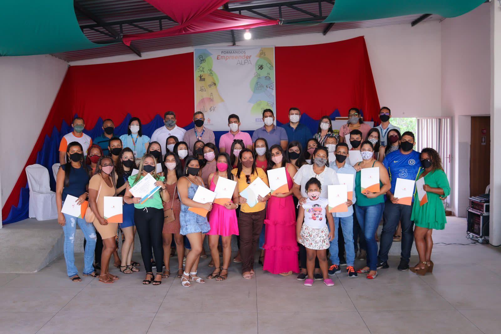 Alunos recebem certificados dos cursos de capacitação de padeiro e confeiteiro