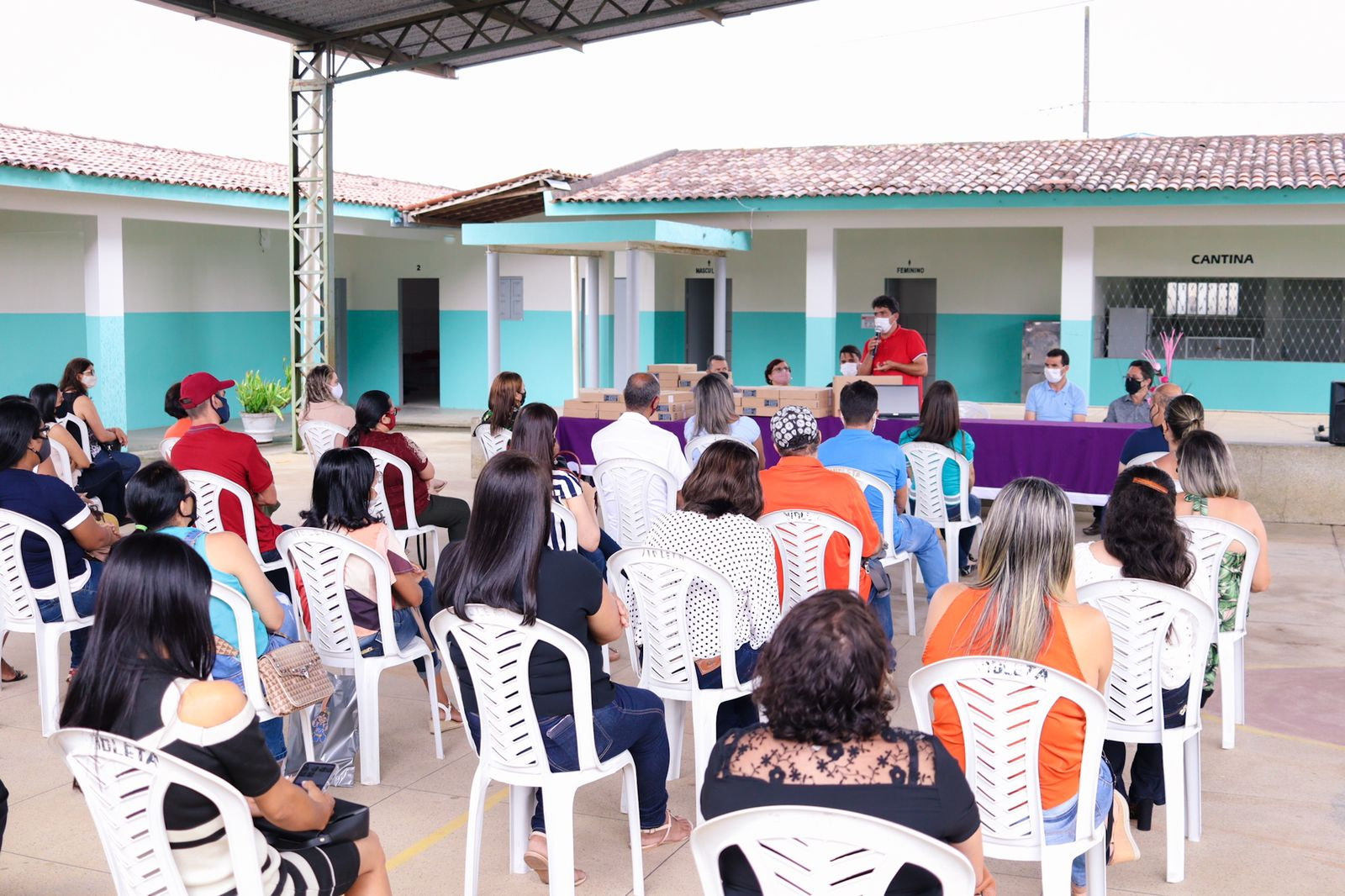 Secretaria de Educação realiza entrega notebooks para professores da zona rural
